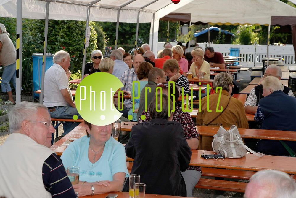 Mannheim. Neckarau. Kleing&permil;rtner am Promenadenweg feiern Sommefest.<br /> <br /> Bild: Markus Proflwitz / masterpress /   *** Local Caption *** masterpress Mannheim - Pressefotoagentur<br /> Markus Proflwitz<br /> C8, 12-13<br /> 68159 MANNHEIM<br /> +49 621 33 93 93 60<br /> info@masterpress.org<br /> Dresdner Bank<br /> BLZ 67080050 / KTO 0650687000<br /> DE221362249
