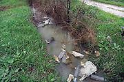 Italie, Carditello, 6-3-2008..Afvalbergen in de straten van Napels en omgeving. De stad weet met zijn afval geen raad meer en in het hele gebied liggen illegale hopen afval. Een nieuwe vuilverbrandingsoven is pas in 2009 bedrijfsklaar. Tot die tijd heeft de maffia, camorra grote invloed op de afvalverwerking van deze stad...Industrieel afval en huishoudelijk afval veroorzaken grote water en bodemvervuiling, terwijl de streek een belangrijk tuinbouwgebied is. Op de foto een sloot met rotzooi...Foto: Flip Franssen