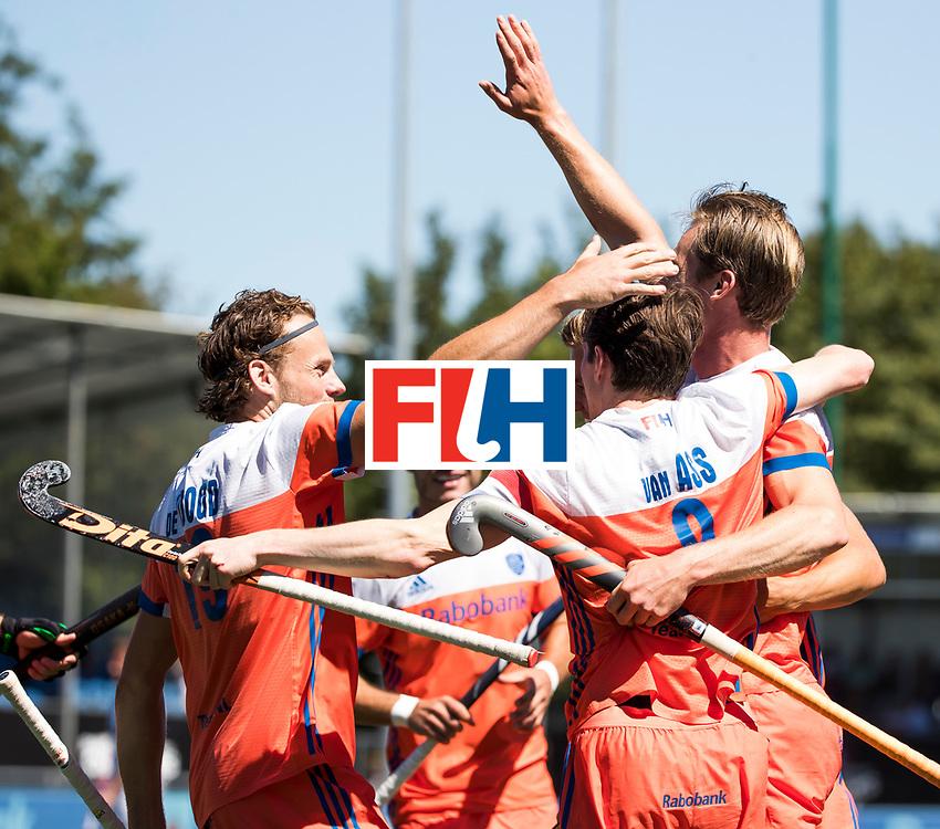 BREDA -  Mirco Pruyser (Ned)  heeft de stand op 2-0 gebracht tijdens de wedstrijd om brons tussen Nederland en Argentinie (2-0) bij de Hockey Champions Trophy. links Bob de Voogd (Ned)  COPYRIGHT KOEN SUYK
