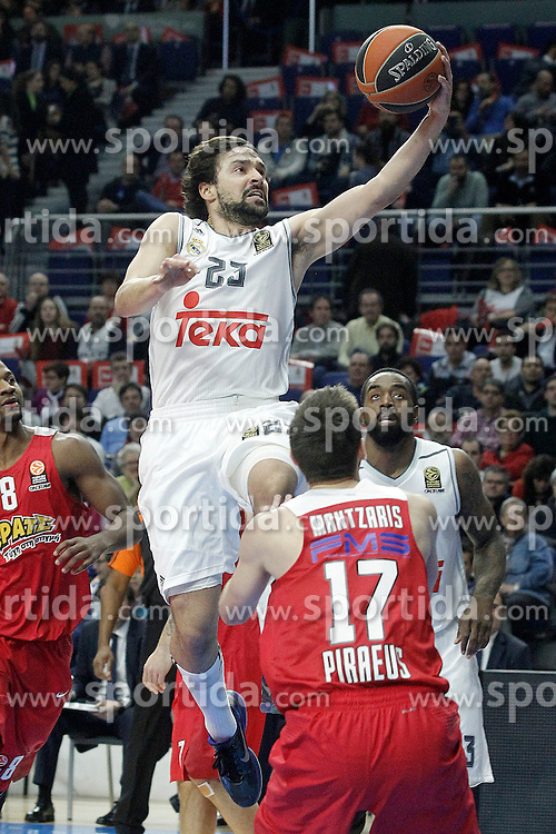 28.01.2016, Palacio de los Deportes, Madrid, ESP, FIBA, EL, Real Madrid vs Olympiacos PiraeusPlayoff, 5. Spiel, im Bild Real Madrid's Sergio LLull (t) and Olympimpiacos Piraeus' Vangelis Mantzaris // during the 5th Playoff match of the Turkish Airlines Basketball Euroleague between Real Madrid and Olympiacos Piraeus at the Palacio de los Deportes in Madrid, Spain on 2016/01/28. EXPA Pictures © 2016, PhotoCredit: EXPA/ Alterphotos/ Acero<br /> <br /> *****ATTENTION - OUT of ESP, SUI*****