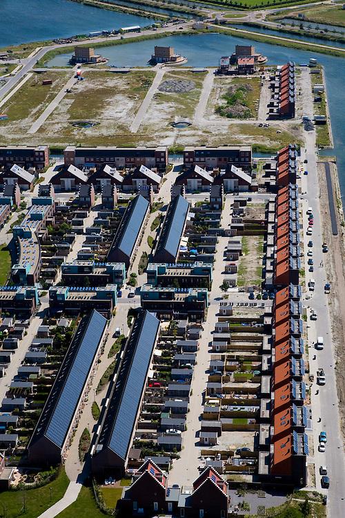 Nederland, Noord-Holland, Heerhugowaard, 14-07-2008; Stad van de Zon (Sun City), geesteskind van Ashok Bhalotra; nieuwbouwwijk op VINEX lokatie, in de Polder Heerhugowaard tussen de dorpskern Heerhugowaard en Alkmaar; milieuvriendelijke wijk, energiezuinige huizen die bovendien uitgerust zijn met zonne-energie panelen, zonnepanelen, zonne-energie panelen, zonnepaneel, paneel; Sun City, new housing estate in Northwest of the Netherlands, energy neutral - environmetal friendly houses, equiped with individual solar panels; suncity;  solar energy, solar panel, solar power. .luchtfoto (toeslag); aerial photo (additional fee required); .foto Siebe Swart / photo Siebe Swart