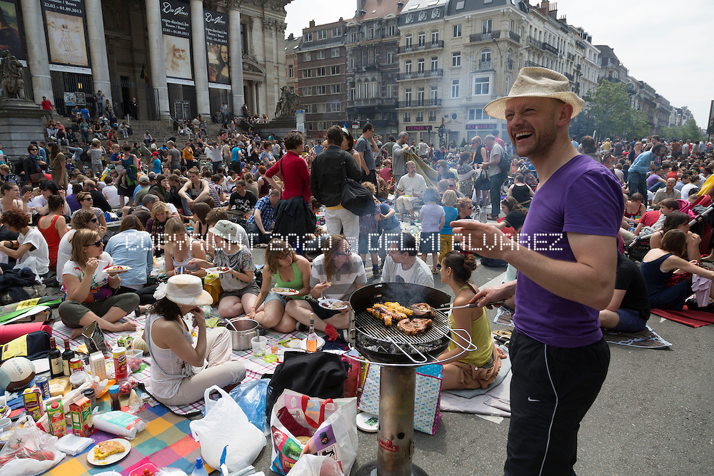 The PicNic The Streets movement will hold a new protest against the mobility policy in Brussels. A year after launching its first giant 'picnic protest', the group has invited its supporters to do the same on Sunday, June 9, on the entire width of Boulevard Anspach between the Bourse and Place De Brouckere. Since 'picnic protests' are classed as acts of civil disobedience, no authorisation has been sought for the June 9 event. The mayor's office did not say what action it would take.