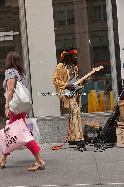 New York. pedestrians on fifth avenue  Manhatan, New York  Usa   / pietons sur la cinquieme avenue  Manhatan, New York  USa