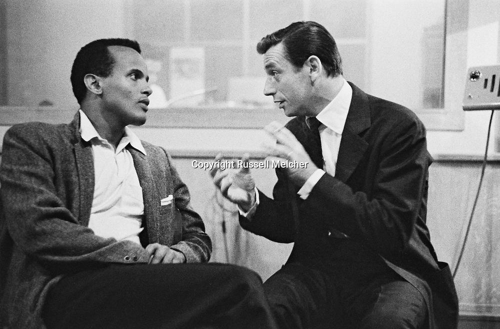 A heated discussion between two singers, Harry Belafonte and Yves Montand in UNESCO folk song center .<br /> <br /> <br /> Une discussion anim&eacute;e entre les deux chanteurs, Harry Belafonte et Yves Montand au centre de la chanson folklorique de l'UNESCO