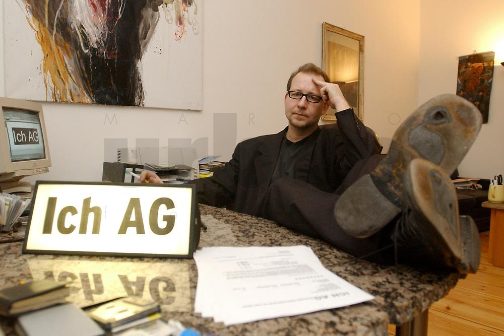 03 DEC 2002, BERLIN/GERMANY:<br /> Peter Kees, Kuenstler, nimmt die Aufforderung zur Gruendung von ICH AGs woertlich und versendet Rechnungen an Politiker in denen er Lebenszeitsleistung, Demokratische Aktivitaetspauschale und den Kultur und Kunstbeitrag seinerselbst berechnet, in seiner Wohnung, Prenzlauer Berg<br /> IMAGE: 20021203-01-010<br /> KEYWORDS: K&uuml;nstler