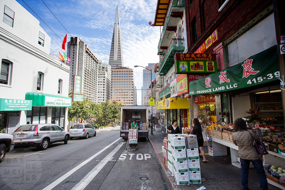 In San Francisco ligt de oudste Chinatown van Noord-Amerika. Het gebied is opgericht in 1848 en is de grootste Chinese enclave buiten Azië. De Amerikaanse stad San Francisco aan de westkust is een van de grootste steden in Amerika en kenmerkt zich door de steile heuvels in de stad.<br /> <br /> San Francisco has the oldest Chinatown of Northern America. It is established in 1848 and is the biggest Chinese community outside Asia. The US city of San Francisco on the west coast is one of the largest cities in America and is characterized by the steep hills in the city.