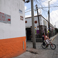 Metepec, México.- Vecinos de la calle Pedro Ascencio, en Metepec, piden con un letrero no colocar la basura en este lugar, ya que algunas personas han optado por dejar sus residuos en lugares inapropiados, lo que provoca plagas y malos olores. Agencia MVT / Crisanta Espinosa