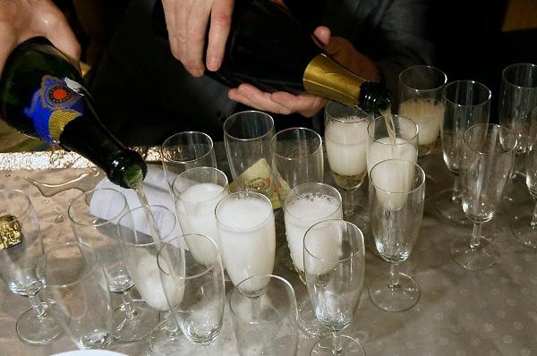Nederland, Nijmegen, 1-1-2018 In de nacht van oudjaar op nieuwjaar zit een vriendenclub bij elkaar en vieren nieuwjaar met drank, eten en hapjes. Foto: Flip Franssen