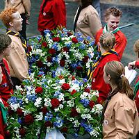 Nederland.Amsterdam.4 mei 2004..Dodenherdenking op de Dam.Scouts wachten met geduld op het moment dat de.bloemenkransen bij het Nationaal monument worden bijgezet.