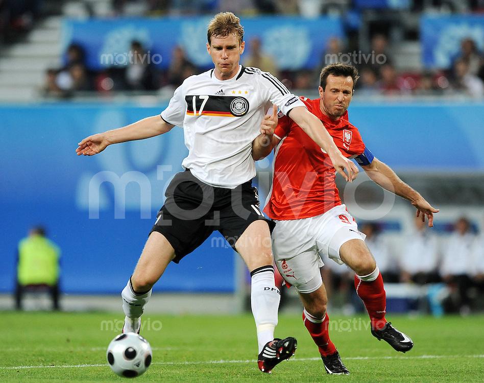 FUSSBALL EUROPAMEISTERSCHAFT 2008  Deutschland - Polen    08.06.2008 Per MERTESACKER (GER, l) gegen Maciej ZURAWSKI (POL).