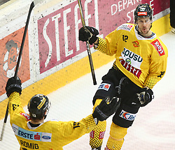 14.04.2019, Albert Schultz Halle, Wien, AUT, EBEL, Vienna Capitals vs EC KAC, Finale, 1. Spiel, im Bild v.l. Torjubel Emil Romig (spusu Vienna Capitals) und Sondre Olden (spusu Vienna Capitals) // during the Erste Bank Icehockey 1st final match between Vienna Capitals and EC KAC at the Albert Schultz Halle in Wien, Austria on 2019/04/14. EXPA Pictures © 2019, PhotoCredit: EXPA/ Thomas Haumer