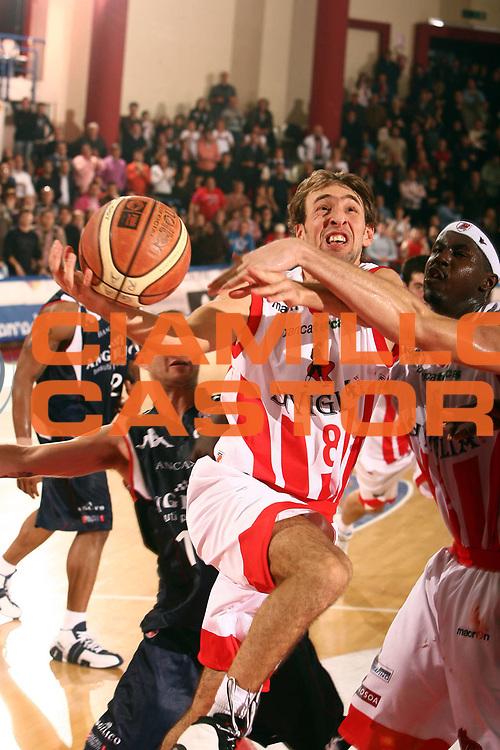 DESCRIZIONE : Teramo Lega A1 2007-08 Siviglia Wear Teramo Angelico Biella<br /> GIOCATORE : Giuseppe Poeta<br /> SQUADRA : Siviglia Wear Teramo<br /> EVENTO : Campionato Lega A1 2007-2008 <br /> GARA : Siviglia Wear Teramo Angelico Biella<br /> DATA : 18/11/2007 <br /> CATEGORIA : penetrazione tiro<br /> SPORT : Pallacanestro <br /> AUTORE : Agenzia Ciamillo-Castoria/E.Castoria<br /> Galleria : Lega Basket A1 2007-2008<br /> Fotonotizia : Teramo Campionato Italiano Lega A1 2007-2008 Siviglia Wear Teramo Angelico Biella<br /> Predefinita :