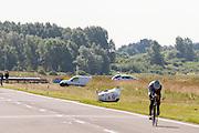 TIjdens een testrit raakt Jan Bos van de baan en rolt over de kop. Fietser en fiets komen er ongeschonden vanaf. Het Human Powered Team Delft en Amsterdam presenteert de VeloX2, de fiets waarmee ze het wereldrecord willen verbreken dat nu op 133 km/h staat. Jan Bos, een van de rijders die het record gaat proberen te verbreken, gaat de strijd aan met zijn broer Theo Bos op de gewone racefiets. Jan wint uiteindelijk glansrijk en haalt 77,2 km/h.<br /> <br /> At a test run Jan Bos gets off the track and rolls over without damaging the bike or himself. Human Powered Team Delft and Amsterdam presents the VeloX2, the bike which they will attempt to set a new world record with. Jan Bos, on of the two cyclists who will try to ride faster than 133 km/h, is racing at the presentation against his brother Theo Bos, a former world champion and cyclist for the Rabobank Racing Team. Jan will defeat Theo, with a maximum speed of 77,2 km/h.