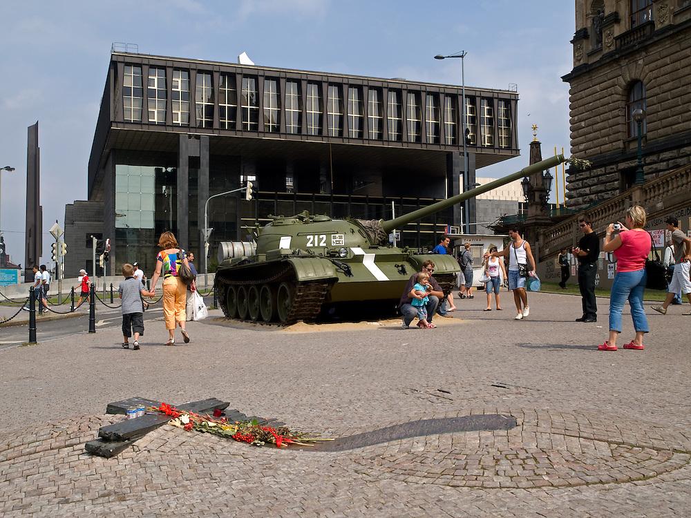Im Hintergrund das derzeitige Geb&auml;ude von Radio Free Europe am oberen Wenzelsplatz in Prag vor dem Umzug. Der Panzer geh&ouml;rt zur Ausstellung &quot;... und die Panzer kamen&quot; &uuml;ber die August-Invasion 1968 der Truppen des Warschauer Paktes. Im Vordergrund das Palach-Zajic-Denkmal vor dem Nationalmuseum.<br /> <br /> The building of Radio Free Europe at the upper Wenceslas Square in Prague before moving. The tank belongs to an open air exhibition about the soviet invasion 1968. In front the Palach-Zajic monument infont of the Nationalmuseum.