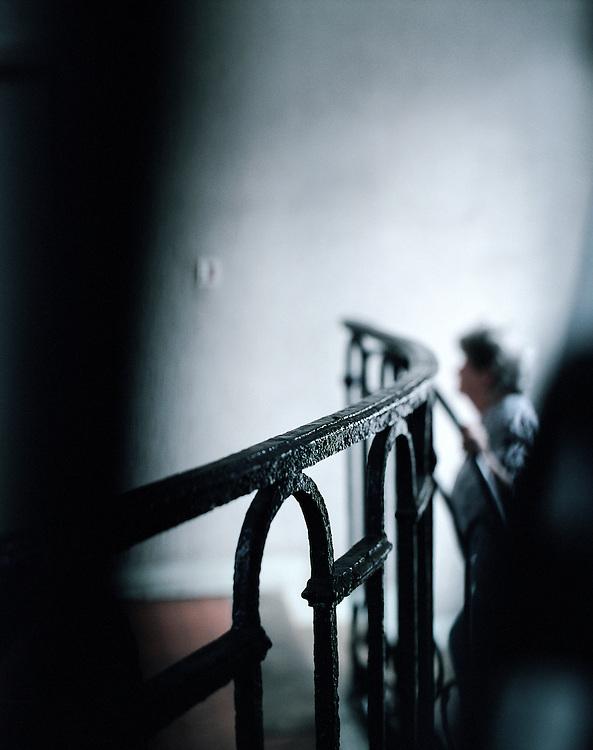 Personne âgée montant chez elle, Paris, France. 21.06.2002.