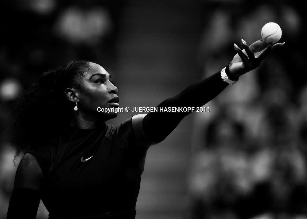 SERENA WILLIAMS (USA), Ballwurf, Schwarzweiss, Black&amp;White,<br />