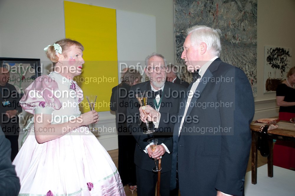 GRAYSON PERRY; DAVID DIMBLEBY, Annual Dinner. Royal Academy of Arts. Piccadilly. London. 8 June 2010. -DO NOT ARCHIVE-© Copyright Photograph by Dafydd Jones. 248 Clapham Rd. London SW9 0PZ. Tel 0207 820 0771. www.dafjones.com.