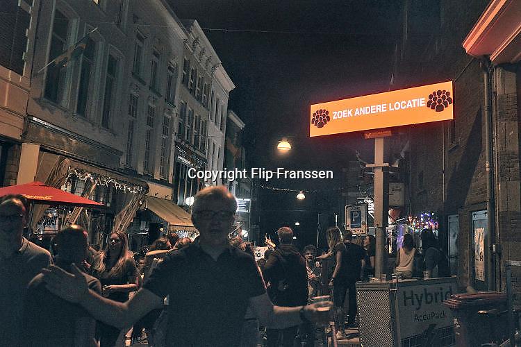 Nederland, Nijmegen, 18-7-2017Matrixborden, waarschuwingsborden bij de zomerfeesten in de binnenstad geven aan dat op een bepaalde plek de drukte te groot wordt. Mensen worden dan via deze borden gewaarschuwd om daar niet meer naartoe te gaan.