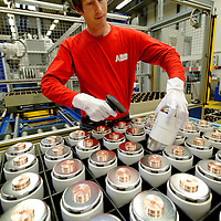 DEU , DEUTSCHLAND : Produktion von Schaltanlagen bei ABB in Ratingen : ein Mitarbeiter scannt Vakuum-Schaltkammern.  |DEU , GERMANY : Production of electric switchboards for powerplants at ABB in Ratingen : vacuum switching chambers are being scanned|.  20.10.2011.Copyright by : Rainer UNKEL