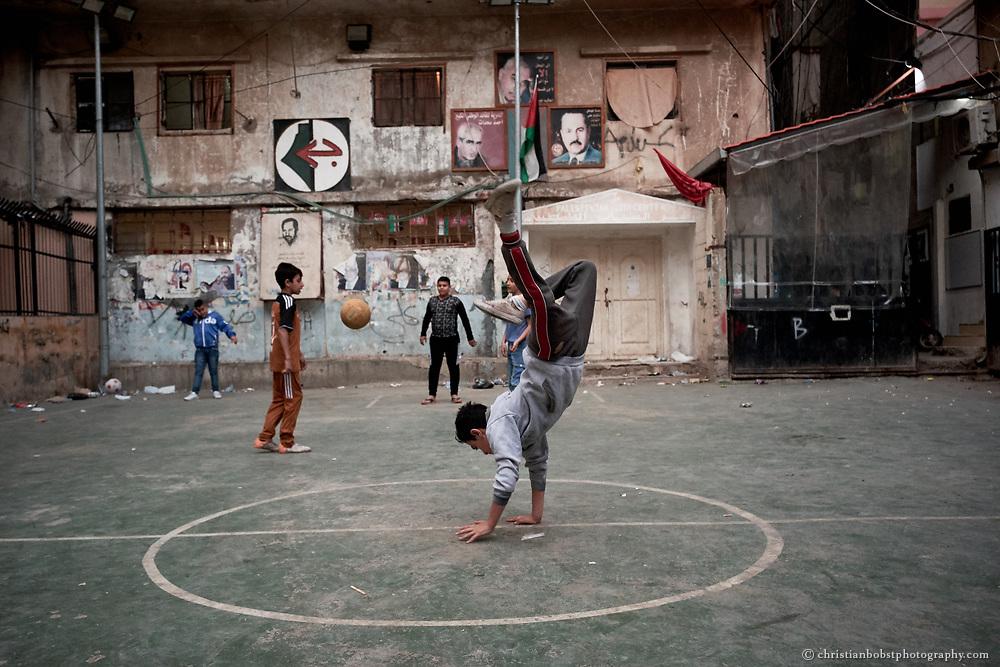 Fussball spielende Kinder in Flüchtlingscamp Shatila in Beirut, Libanon 2017