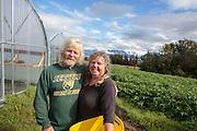 Donna Rae Faulkner och Don McNamara driver Oceanside Farms med utsikt &ouml;ver n&aring;gra av Alaskas glaci&auml;rer. <br /> Homer, Alaska, USA