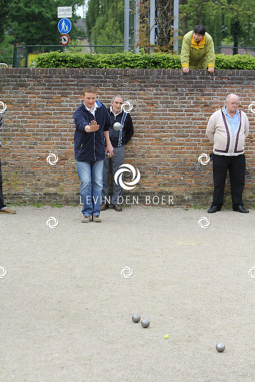 HEDEL - Bij de oude fundamenten van het kasteel van Hedel was een franse middag georganiseerd met de jeu de boulesvereniging als hoofd spel. FOTO LEVIN DEN BOER - PERSFOTO.NU