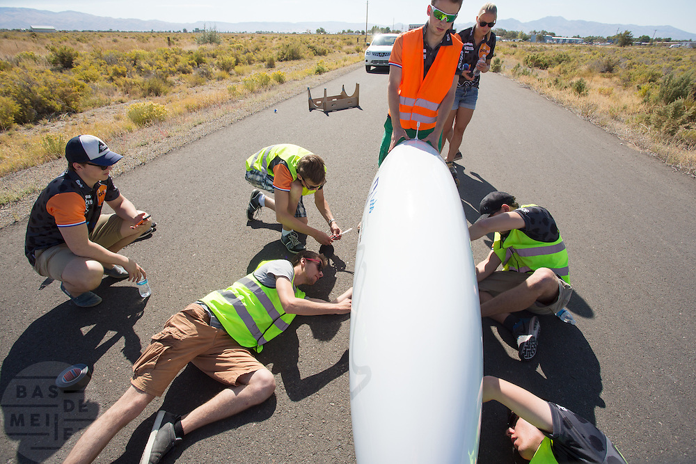 Op een verlaten weg wordt de VeloX 6 getest door Jan Bos. Het Human Power Team Delft en Amsterdam (HPT), dat bestaat uit studenten van de TU Delft en de VU Amsterdam, is in Amerika om te proberen het record snelfietsen te verbreken. In Battle Mountain (Nevada) wordt ieder jaar de World Human Powered Speed Challenge gehouden. Tijdens deze wedstrijd wordt geprobeerd zo hard mogelijk te fietsen op pure menskracht. Het huidige record staat sinds 2015 op naam van de Canadees Todd Reichert die 139,45 km/h reed. De deelnemers bestaan zowel uit teams van universiteiten als uit hobbyisten. Met de gestroomlijnde fietsen willen ze laten zien wat mogelijk is met menskracht. De speciale ligfietsen kunnen gezien worden als de Formule 1 van het fietsen. De kennis die wordt opgedaan wordt ook gebruikt om duurzaam vervoer verder te ontwikkelen.<br /> <br /> The Human Power Team Delft and Amsterdam, a team by students of the TU Delft and the VU Amsterdam, is in America to set a new world record speed cycling.In Battle Mountain (Nevada) each year the World Human Powered Speed ​​Challenge is held. During this race they try to ride on pure manpower as hard as possible. Since 2015 the Canadian Todd Reichert is record holder with a speed of 136,45 km/h. The participants consist of both teams from universities and from hobbyists. With the sleek bikes they want to show what is possible with human power. The special recumbent bicycles can be seen as the Formula 1 of the bicycle. The knowledge gained is also used to develop sustainable transport.