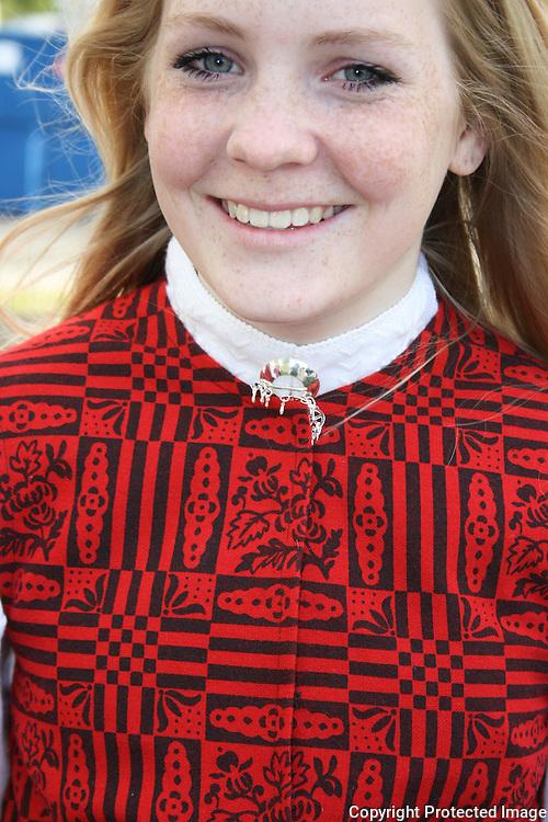Trine Kjøsnes (15) fra Vikvarvet valgte seg selbubunad da hun skulle ha bunad til konfirmasjonen. Fordi hun synes den er fin, og fordi hun synes det er naturlig når en kommer fra Selbu.  Foto: Bente Haarstad