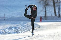 THEMENBILD - eine junge Eiskunstläuferin trainiert am zugefrorenen Ritzensee, aufgenommen am 01. März 2018, Ort, Österreich // A young figure skater is training on the frozen Ritzensee on 2018/03/01, Saalfelden, Austria. EXPA Pictures © 2018, PhotoCredit: EXPA/ Stefanie Oberhauser