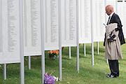 Een man kijkt naar de namenlijst van de sachtoffers van de vrouwenkampen in voormalig Nederlands-Indie, het tegenwoordige Indonesie. In Arnhem worden op het landgoed van Het Koninklijk Tehuis voor Oud-Militairen en Museum Bronbeek de slachtoffers van de Birma Siam en de Pakanbaru spoorlijnen herdacht. Bij de aanleg van deze twee 'dodenspoorwegen' tijdens de Tweede Wereldoorlog zijn veel slachtoffers gevallen onder de dwangarbeiders die door de Japanse bezetter tewerk zijn gesteld.<br /> <br /> In Arnhem at the property of The Royal Home for Former Soldiers and Museum Bronbeek the victims of Burma and Siam railway Pakanbaru are commemorated. In the construction of these two 'dead railways' during World War II, many casualties among the convicts who are employed by the Japanese are made.