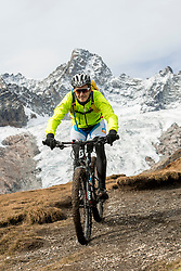 15-09-2017 ITA: BvdGF Tour du Mont Blanc day 6, Courmayeur <br /> We starten met een dalende tendens waarbij veel uitdagende paden worden verreden. Om op het dak van deze Tour te komen, de Grand Col Ferret 2537 m., staat ons een pittige klim (lopend) te wachten. Na een welverdiende afdaling bereiken we het Italiaanse bergstadje Courmayeur. Manu