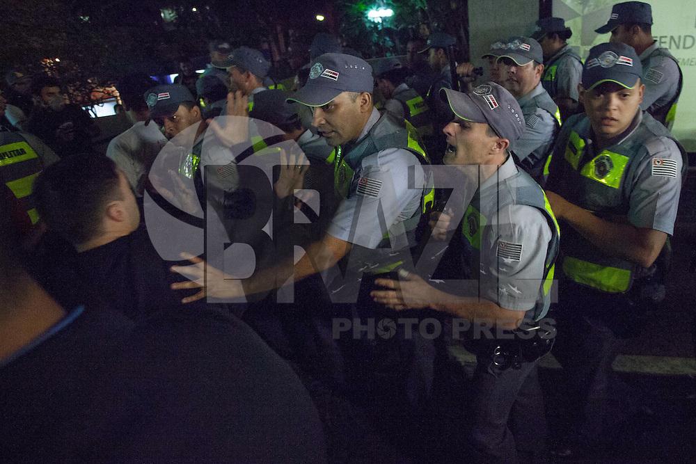 SAO PAULO,13 DE AGOSTO DE 2013 ,ATO VIA SACRA PELA SAUDE NO SIRO LIBANES SP ,Manifestantes fazem ato frente o Hospital Siro Libanes de Sao Paulo nesta noite de terca feira (13), houve confronto com segurancas e policiais na porta do hospital,FOTO: WARLEY LEITE / BRAZIL PHOTO PRESS