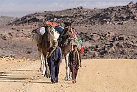 Nomaden mit ihren Kamelen