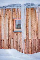 THEMENBILD - Schneechaos in der Steiermark, ein Eiszapfen auf einem Dach, aufgenommen am 12.01.2019, Eisenerz, Österreich // an icicle on a roof taken on 2019/01/12, Eisenerz, Austria, EXPA Pictures © 2019, PhotoCredit: EXPA/ Dominik Angerer