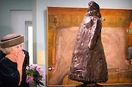 THE HAGUE - Princess Beatrix at the opening of the exhibition Held at Base in The Hague Historical Museum. COPYRIGHT ROBI UTRECHT <br /> DEN HAAG - Prinses Beatrix tijdens de opening van de tentoonstelling Held op Sokkel in het Haags Historisch Museum. DEN HAAG - Prinses Beatrix tijdens de opening van de tentoonstelling Held op Sokkel in het Haags Historisch Museum.