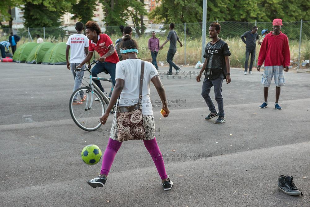 Roma, 07/06/2017: Rifugiati accampati in via Chiaromonte ribattezzata piazzale Maslax, retro della stazione Tiburtina - Refugees camp on the bach of Tiburtina train station.<br /> &copy; Andrea Sabbadini