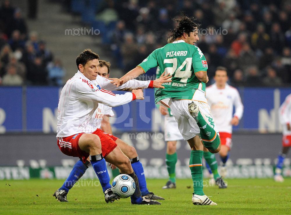 FUSSBALL   1. BUNDESLIGA   SAISON 2008/2009   14. SPIELTAG Hamburger SV - SV Werder Bremen         23.11.2008 Bastian REINHARDT (li, Hamburg) gegen Claudio PIZARRO (re, Bremen)