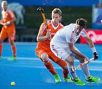 LONDEN -   Mirco Pruijser in duel met Iain Lewers (r) tijdens  de wedstrijd tussen de heren van Nederland en Engeland bij  het Europees Kampioenschap hockey in Londen.   ANP KOEN SUYK