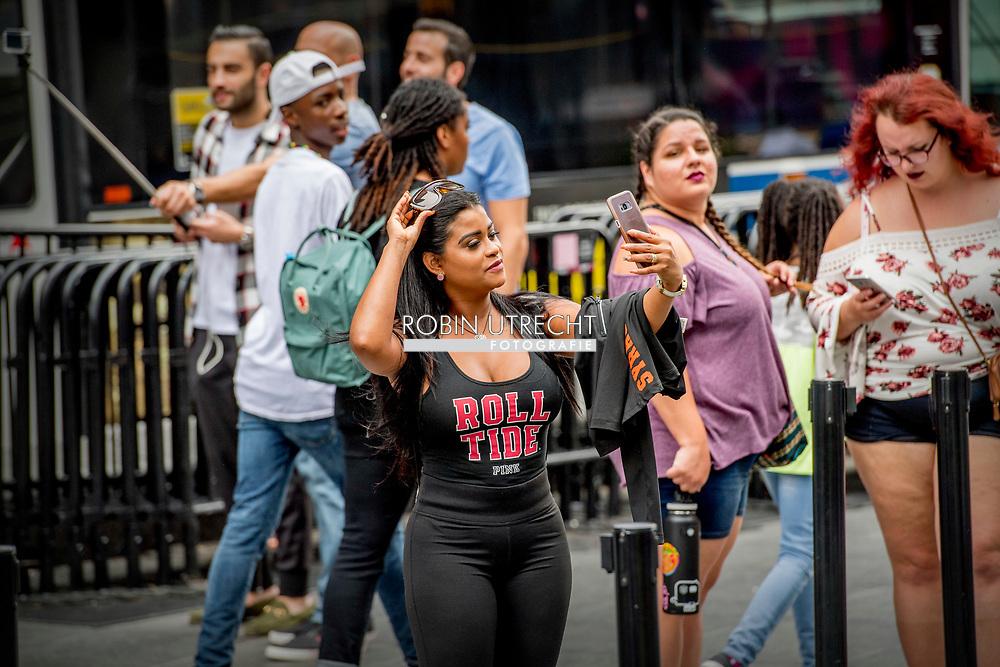NEW YORK CITY - toeristen op times square politie miliairen copyrght robin utrecht