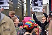 Nederland, Nijmegen, 10-3-2018Demonstratie en tegendemonstratie bij het station in het centrum van de stad . Een groep demonstranten  van de katholieke stichting Civitas Christiana tegen de zoenposter van kledingmerk suitsupply tegenover een groep die voor de gelijke rechten van homos zijn.  De politie greep in toen een van de demonstranten tegen de posters fysiek werd belaagd door activisten van de tegendemonstratie. Hem werd een doos met flyers uit de hand geslagen en een handvol confetti in het gezicht gedrukt. Foto: Flip Franssen