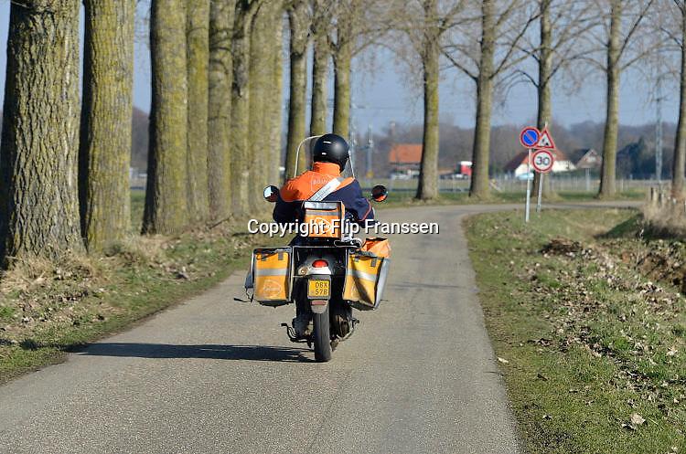 Nederland, Ulft, 14-2-2017 Een postbode maakt zijn ronde door het buitengebied in de achterhoek . FOTO: FLIP FRANSSEN