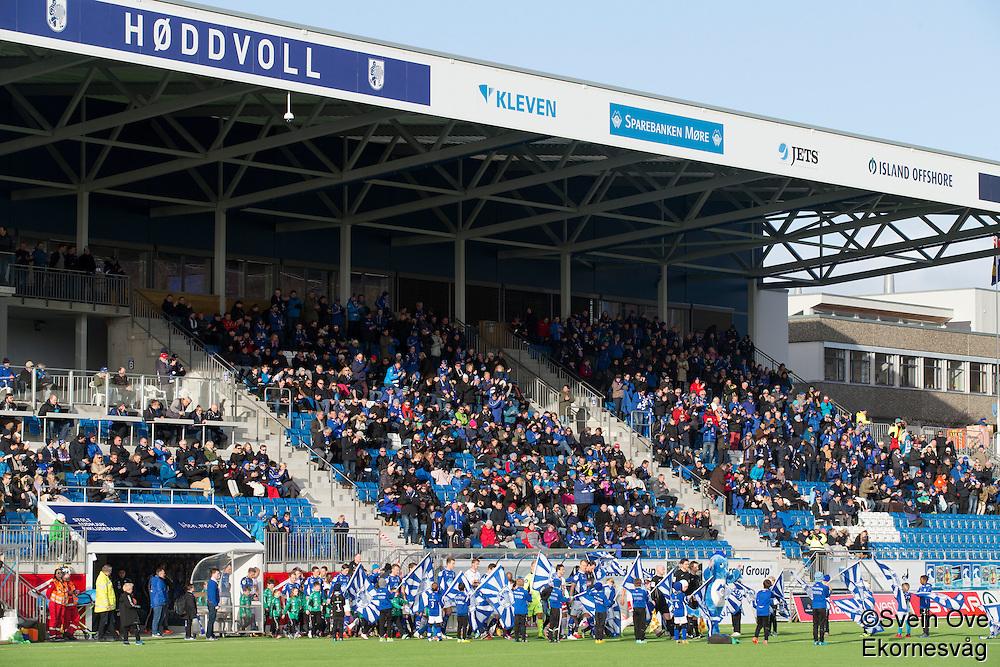 1. divisjon fotball 2015: Hødd - Fredrikstad. Spillerne entrer banen til den første seriekampen på Høddvoll.