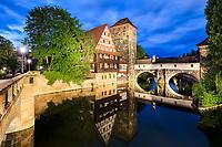 Die frühere Dienstwohnung des Henkers der Reichsstadt Nürnberg fasziniert durch ihre Lage direkt über dem Fluss besonders bei Nacht.