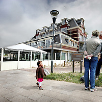 Nederland,Domburg ,30 mei 2008..Strandwandelaars bekijken de duurste onlangs gerenoveerde badpaviljoen appartementencomplex van Nederland. Beach Walkers looking at the most expensive apartment in the Netherlands .