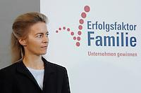 """16 OCT 2006, BERLIN/GERMANY:<br /> Ursula v.d. Leyen, Bundesfamilienministerin, waehrend einer Pressekonferenz nach dem Spitzengespraech """"Familie und Wirtschaft"""" der Bundeskanzlerin mit der Impulsgruppe der """"Allianz für die Familie"""", Bundeskanzleramt<br /> IMAGE: 20061016-01-011<br /> KEYWORDS: Spitzengespräch"""