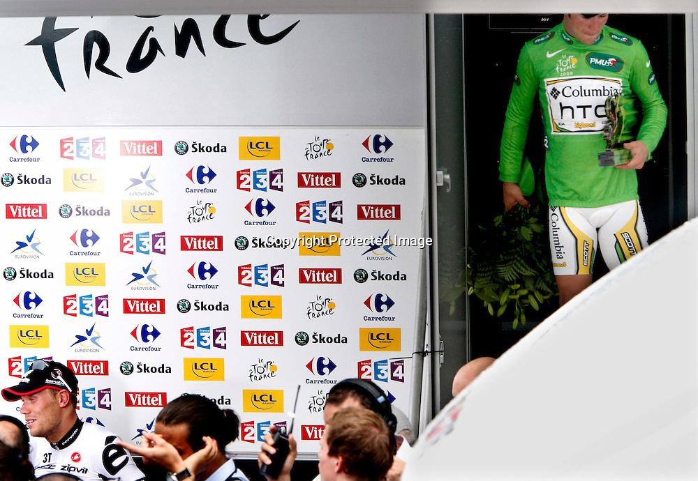 BARCELONA SPANIA 20090709..Tour de France 6 etappe. ..Thor Hushovd intervjues etter seieren, mens rivalen Mark Cavendish foralter podiet hvor han nok en dag mottok den grønne trøya, men i dag med knappest mulig margin. Ett poeng skiller Hushovd og Cavendish i kampen om den grønne trøya...FOTO: DANIEL SANNUM LAUTEN