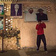 Un jeune élève du Bhiwani Boxing Club s'entraîne le matin très   tôt dans la cour du complexe. Derrière lui, les photos des personnes et moments importants pour l'école, qui a gagné une medaille de bronze aux Jeux Olympics de Pechin dans le 2008