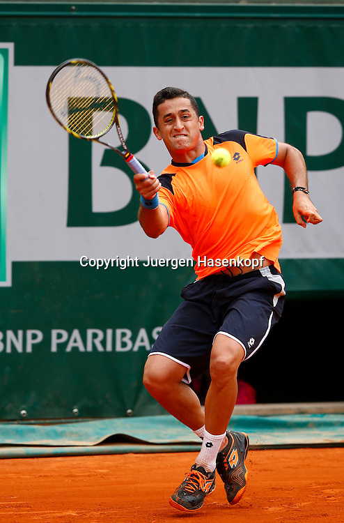 French Open 2013, Roland Garros,Paris,ITF Grand Slam Tennis Tournament, Nicolas Almagro (ESP),<br /> Aktion,Einzelbild,Ganzkoerper,Hochformat,