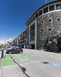 THEMENBILD - die Grossglockner Hochalpenstrasse. Die hochalpine Gebirgsstrasse verbindet die beiden oesterreichischen Bundeslaender Salzburg und Kaernten mit einer Laenge von 48 Kilometer. Sie ist als Erlebnisstrasse vorrangig von touristischer Bedeutung und das Befahren ist fuer Kraftfahrzeuge mautpflichtig, im Bild Parkplatz und Parkhaus auf der Kaiser-Franz-Josefs-Höhe, aufgenommen am 24.05.2014 // ILLUSTRATION - the Grossglockner High Alpine Road. The high alpine mountain road connects the two Austrian federal states of Salzburg and Carinthia with a length of 48 kilometers. It is as a matter of priority road experience of tourist importance and for driving motor vehicles is a toll road. Picture taken on 2014/05/24. EXPA Pictures © 2014, PhotoCredit: EXPA/ JFK