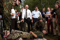 """17 AUG 2004, APPEN/GERMANY:<br /> Peter Struck (Mi-L), SPD, Bundesverteidigungsminister, und Oberst Roland Braun (Mi-R), Kommandeur der Unteroffizierschule, besichtigen die Praktische Ausbildung """"Retten und Bergen"""", waehrend einem Besuch der Unteroffiziersschule der Luftwaffe<br /> IMAGE: 20040817-01-014<br /> KEYWORDS: Truppenbesuch, Soldat, Soldaten, Bundeswehr, Sanitaetsuebung, Santitätsübung"""